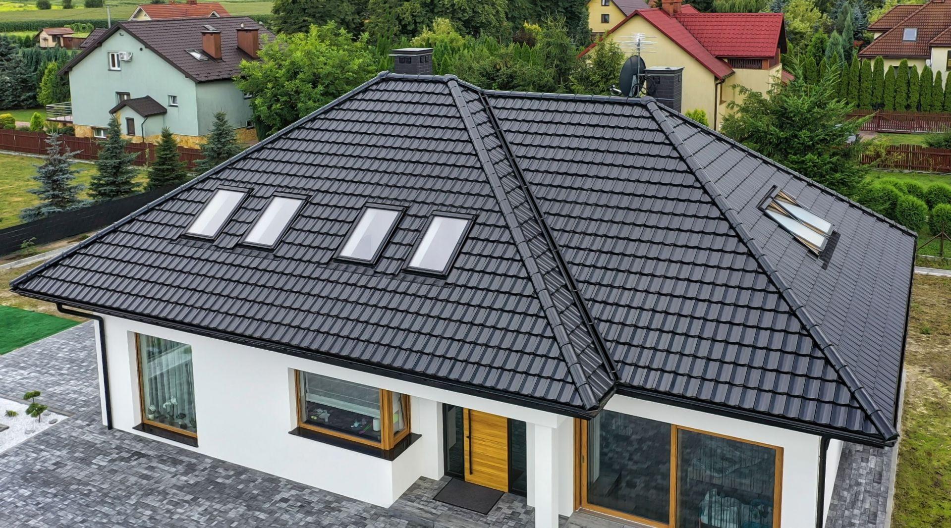 Wybór pomiędzy dachówką w wersji glazurowanej a angobowanej to w dużej mierze kwestia gustu i indywidualnych oczekiwań estetycznych. Na zdjęciu: dachówka ceramiczna Cantus Finesse, czarna glazurowana. Fot. Creaton
