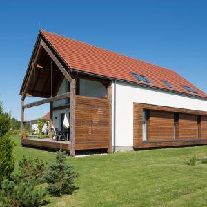 Dachówki angobowane posiadają elegancką, matową lub satynową powierzchnię. Na zdjęciu: dachówka ceramiczna Domino Nuance, miedziana angobowana. Fot. Creaton