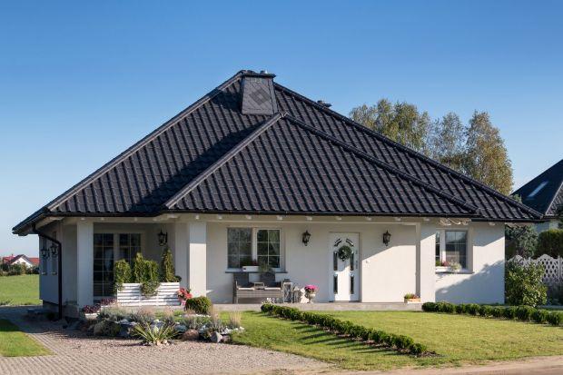 Jeśli chcemy, aby dach przez lata odznaczał się głębokim kolorem oraz był odporny na osadzanie się na nim różnych zanieczyszczeń, warto wybrać dachówkę ceramiczną w wersji glazurowanej lub angobowanej. Zastosowanie jednej z tych powłok wpł