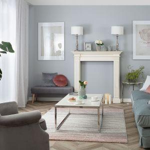 Salon w naturalnych i neutralnych kolorach, takich jak beże i szarości, to ciągle modny trend w 2021 roku. Fot. Dekoria