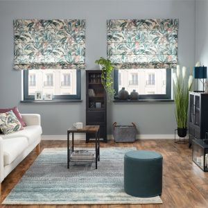 Salon z dekoracjami w modne roślinne wzory. Fot. Dekoria