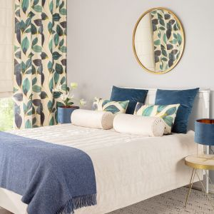 Sypialnia w chłodnych niebieskich odcieniach i z modnymi roślinnymi wzorami. Fot. Dekoria