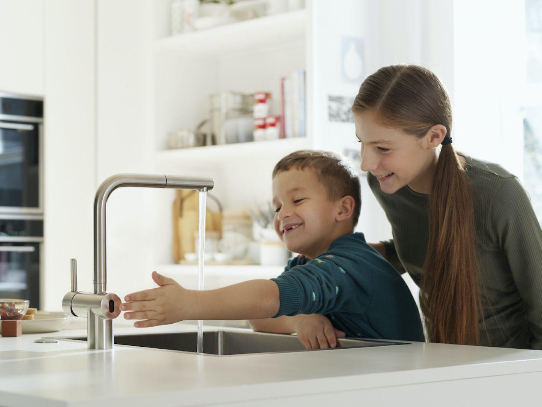 Woda, którą puszczamy bezdotykowo może mieć ustawioną naszą ulubioną temperaturę. Fot. Franke