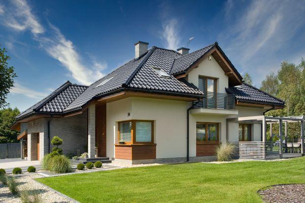 Dom jednorodzinny zczterospadowym dachemprzykuwa uwagę jakością użytych materiałów. Klasyczny w formie projekt – dzięki konsekwentnej realizacji przez inwestorów wizji swojego wymarzonego miejsca na ziemi – zyskał stylowy, niepowtarzalny