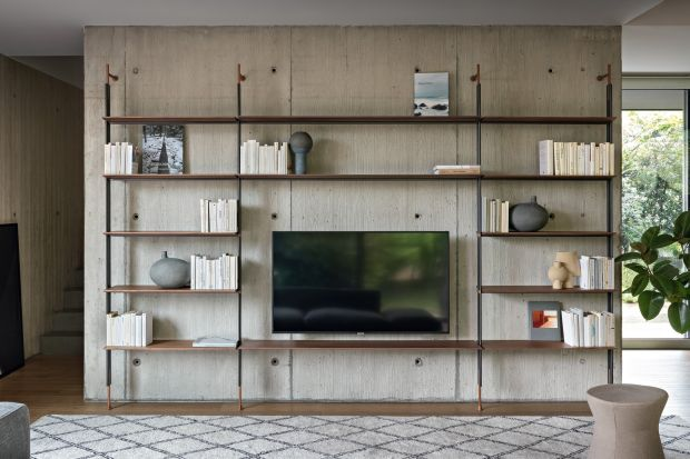 Regał w salonie ma wiele twarzy, a nowoczesne modele śmiało mogą posłużyć jako dekoracyjne ścianki do dzielenia przestrzeni.