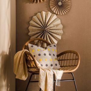 Beżowa ściana, rattanowy fotel i dodatki boho z papieru. Pomysł na modną metamorfozę salonu. Fot. Home&You