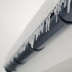 Ograniczmy się do regularnego usuwania zwisających sopli lodu, które stanowią realne zagrożenie.  Fot. Galeco