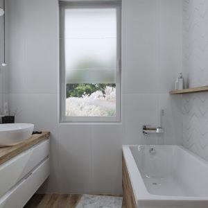 Łazienka w chłodnych odcieniach z palety złamanych bieli. Projekt wnętrza: Justyna Nabielec. Bart-Box. Fot. mat. prasowe Luxrad