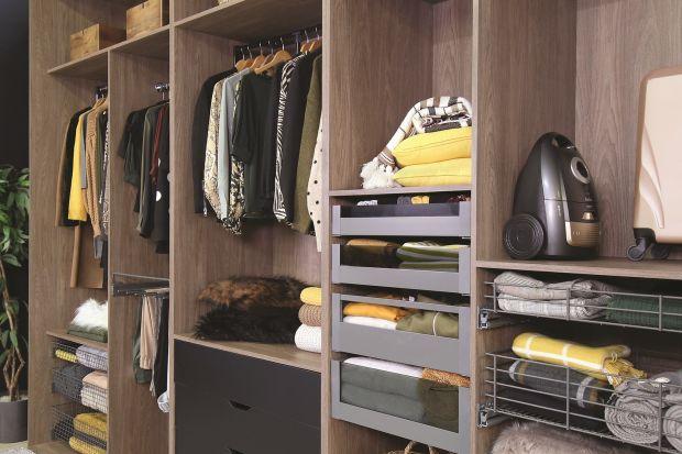 Z garderobą jest tak, jak z ubraniami – najwygodniejsza jest wówczas, gdy zaprojektowana została z myślą o konkretnym użytkowniku. Jak wyposażyć szafę lub garderobę, by rzeczywiście przechowywanie ubrań, tekstyliów i innych domowych drobiaz