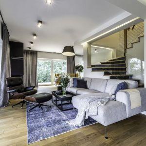 Elegancki salon jest jasny, stylowy i bardzo wygodny. Projekt: Dominika Jurczak, DK architektura wnętrz. Fot. Krzysztof Czapor