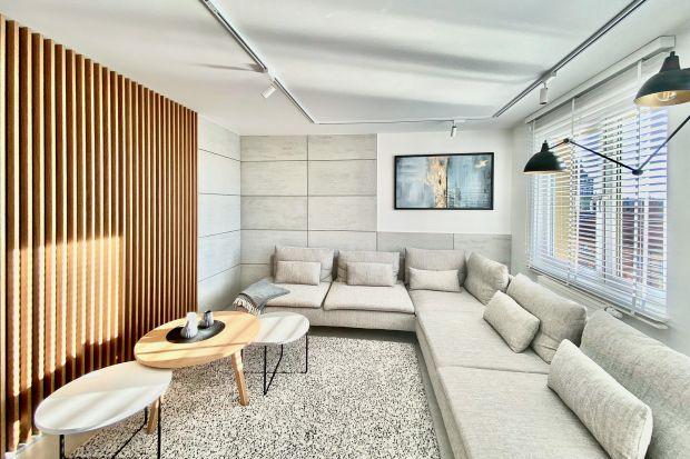 Jak wykończyć ścianę w salonie? Świetnym pomysłem będą drewniane lamele. Wyglądają pięknie, a ich montaż jest szybki i łatwy.