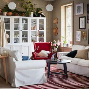 Białe meble do salonu z kolekcji Havsta dostępne w IKEA. Fot. IKEA