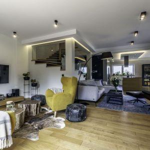 Salon urządzono nowocześnie, ale też elegancko z elementami w stylu loftowym oraz boho. Projekt: Dominika Jurczak, DK architektura wnętrz. Fot. Krzysztof Czapor