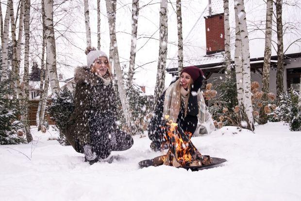 Paleniska ogrodowe nie dość, że pozwalają w prosty sposób ogrzać się przy ogniu, to jeszcze zachęcają do miłych i bezpiecznych zimowych spotkań towarzyskich w plenerze.