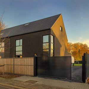 Podczas planowania modernizacji domu warto zastanowić się również nad zastosowaniem nowoczesnych rozwiązań, dzięki którym będziemy w stanie uzyskiwać energię ze źródeł odnawialnych. Fot. Wiśniowski