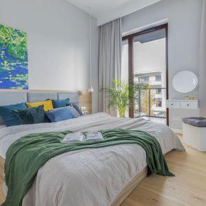 Szare zasłony dekorują okno w jasnej i bardzo przytulnej sypialni. Projekt i zdjęcia: Renata Blaźniak-Kuczyńska, Renee's Interior Design