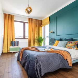 Żółte zasłon piękne dekorują okno i świetnie ożywiają przestrzeń kolorowej sypialni. Projekt: Joanna Rej. Fot. Pion Poziom