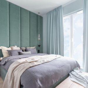 Jasne, pastelowa zasłony są świetną dekoracją okna w jasne sypialni. Doskonale pasują tapicerowanego zagłówka łóżka. Projekt: Alina Fabirowska. Fot. Pion Poziom