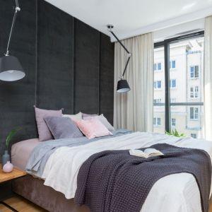 Jasne zasłony stanowią piękna dekoracją okna w przytulnej sypialni. Projekt: Decoroom. Fot. Pion Poziom