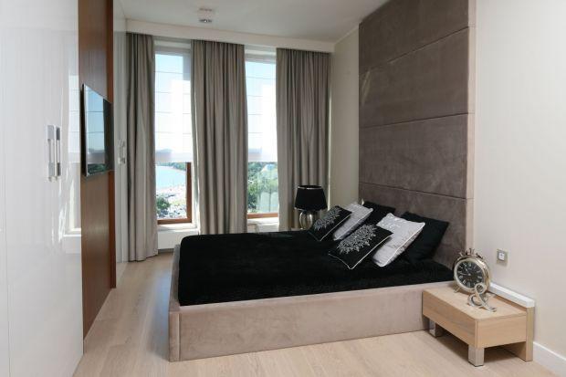 Zasłony to świetny pomysł na dekoracją okna w sypialni. Pięknie wyglądają i sprawią, że wnętrze będzie bardziej przytulne. Zobaczjakie zasłony do sypialni wybrali architekci i projektanci wnętrz.