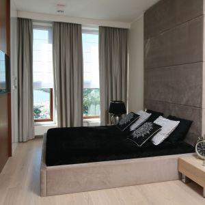 Szare zasłony nadają przytulny klimat nowoczesnej sypialni. Dekoracja okna wygląda super. Projekt: Anna Maria Sokołowska. Fot. Bartosz Jarosz