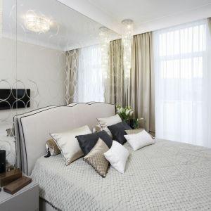 Błyszczące zasłony i białe firany to niezwykle elegancka, stylowe dekoracja okna w sypialni. Projekt: Karolina Łuczyńska. Fot. Bartosz Jarosz