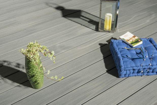 Coraz częściej myślimy o wyborze miejsca do spędzenia słonecznych dni w pobliżu domu. Idealny do tego celu będzie taras — ozdoba ogrodu oraz przedłużenie salonu. Postęp w dziedzinie konstrukcji tarasów kompozytowych czyni z nich atrakcyjną i
