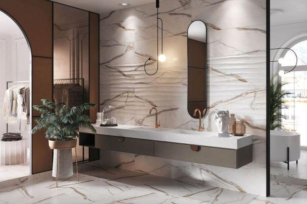 Płytki ceramiczne to ciągle najpopularniejsze wykończenie ścian i podłogi w łazience. Płytki łazienkowe mają wiele zalet - są trwałe, łatwo je utrzymać w czystości, a nowe wzory i kolory sprawią, że łazienka z płytkami będzie modna i na