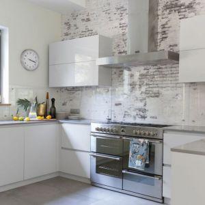 Ściana nad blatem w kuchni wykończona została przezroczystym szkłem. Projekt: Małgorzata Denst. Fot. Pion Poziom