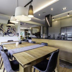 Duża kuchnia w domu jednorodzinnym - nowoczesne meble kuchenne w drewnie. Projekt: Dominika Jurczak, DK architektura wnętrz. Fot. Krzysztof Czapor