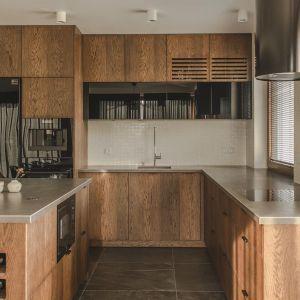 Nowoczesna kuchnia w ciemnym, ciepłym drewnianym odcieniu. Realizacja i zdjęcia: Projektyw, AQForm