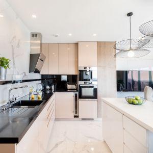 Piękna duża kuchnia w nowoczesnym domu, beżowe fronty kuchenne. Projekt i zdjęcia: Monika Staniec
