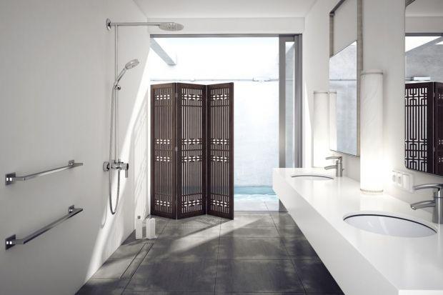 Projektując łazienkę zwracamy szczególną uwagę, by zachwycała swoją stylistyką i designem. Warto jednak pamiętać o tym, że łazienka powinna być przede wszystkich bezpieczna. Szczególnie wtedy, gdy korzystać z niej mają osoby starsze, niep