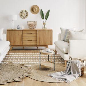 Jedną z cech charakterystycznych stylu Hamptons jest paleta barw, w której dominują jasne kolory, czerpiące z okolicznego krajobrazu: biele, beże, ciepłe szarości. Fot. WestwingNow.pl