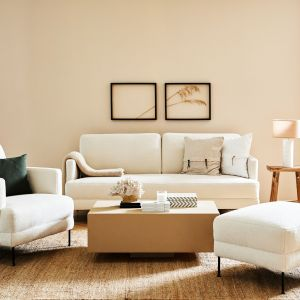 Dywany i duża ilość miękkich poduszek to must-have w salonie w stylu Hamptons. Fot. WestwingNow.pl