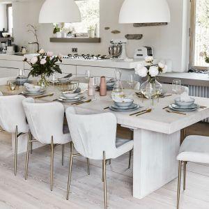 Dodatki w stylu Hamptons: na pewno sprawdzi się grube szkło w odcieniach bieli, błękitu, granatu, ale także transparentne. Fot. WestwingNow.pl