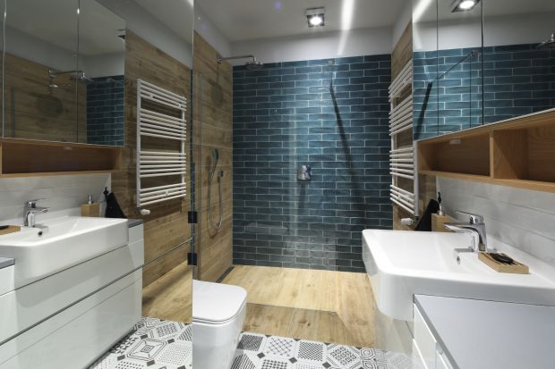 Efekt marmuru, połyskująca mozaika, czy dekor drewna. Pomysłów na wyeksponowanie ściany z prysznicem jest wiele. Zobaczcie 10 z nich.