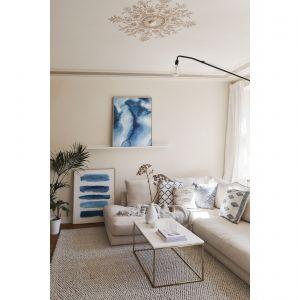Głównym bohaterem w salonie w stylu Hamptons powinien być błękit. Fot. WestwingNow.pl