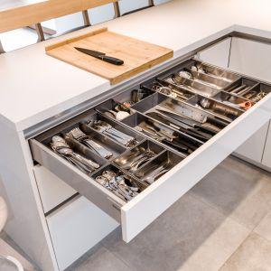 Doskonale dopasowane do wielkości szuflady organizery w przemyślany sposób segregują jej zawartość. Wszystko ma swoje miejsce i jest dokładnie tam, gdzie to odłożymy. Fot. KAM