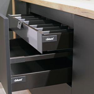 Organizery można dopasować do każdej z szuflad nie tylko pod względem rozmiarów, ale i kolorystyki, która idealnie skomponuje się z dekorami frontów mebli. Fot. KAM