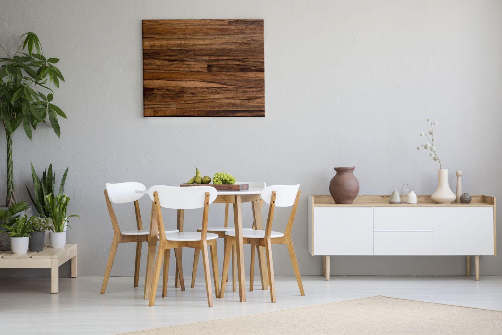 Drewno doskonale sprawdzi się jako obraz zdobiący ścianę w jadalni lub w salonie. Fot. DLH
