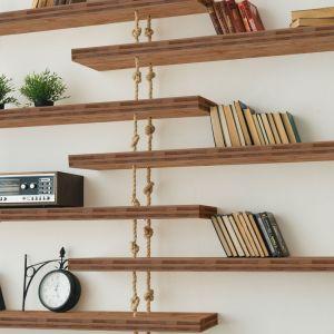 Półka wisząca wykonana z bambusa. Fot. DLH
