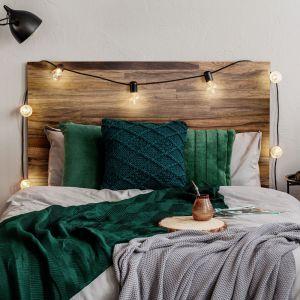 Piękny, drewniany zagłówek łóżka w sypiali. Fot. DLH