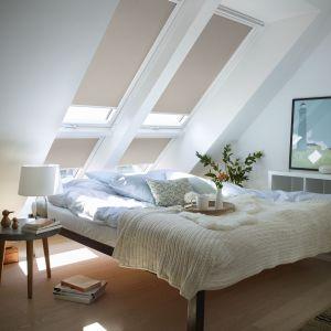 Rolety zaciemniające Velux DKL z białymi prowadnicami świetnie sprawdzą się w każdej sypialni na poddaszu, oferując doskonałe warunki do snu dzięki całkowitemu zaciemnieniu wnętrza. Fot. Velux