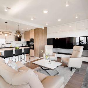 W salonie dominują jasne kolory, które pięknie wyglądają i nadają przestrzeni przytulny, ale i elegancki klimat. Beże, biel i subtelne szarości wiodą tu prym. Projekt i zdjęcia: Monika Staniec