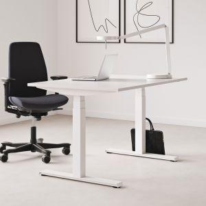 Fotel biurowy 5000, biurko z regulowaną wysokością Seria P od Kinnarps Polska