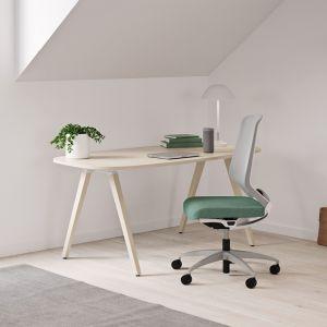 Biurko Oberon i fotel biurowy Esencia od Kinnarps Polska
