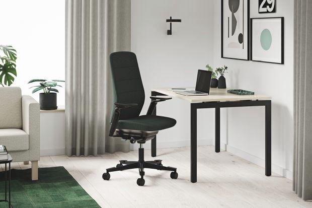 Jeśli praca z domu to twoja rzeczywistość, wiesz już na pewno, że podstawą jest wygodne biurko i fotel. Godziny siedzenia przed laptopem to ogromne wyzwanie dla twoich pleców. Jeśli nie kupisz odpowiedniego fotela i nie będziesz traktował swojeg