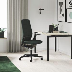 Fotel Capella i biurko z manualną regulacją wysokości Origo od Kinnarps Polska