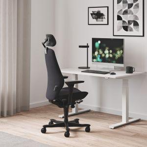 Fotel biurowy Plus, biurko z elektryczną regulacją wysokości Seria P, fot. Kinnarps Polska
